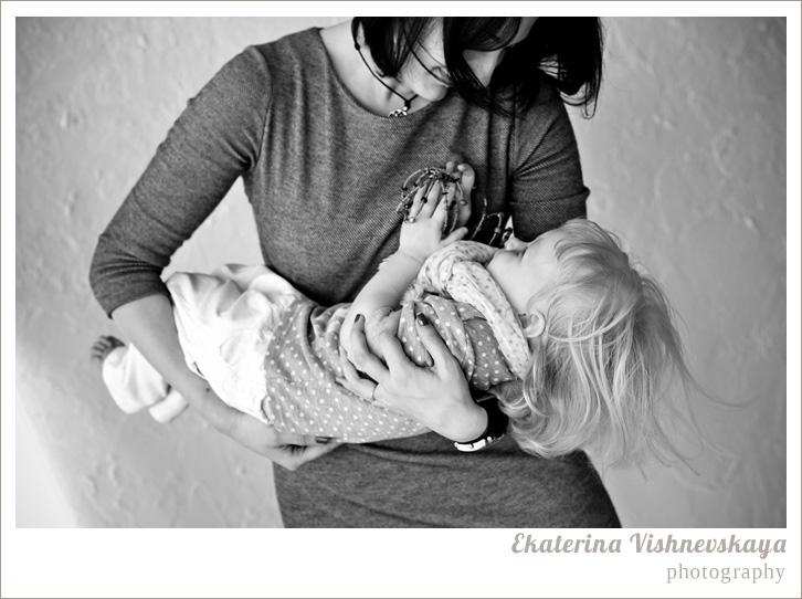 фотограф Екатерина Вишневская, хороший детский фотограф, семейный фотограф, домашняя съемка, студийная фотосессия, детская съемка, малыш, ребенок, съемка детей, фотография ребёнка, девочка, красота, милый ребёнок, мама, материнство, семья, забота, объятья, укачивать на руках, нежность, любовь, горошек, родители, фотограф москва