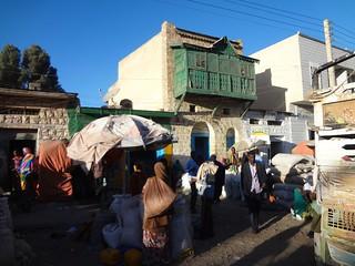 Vendedores de rua e prédio histórico em Hargeisa