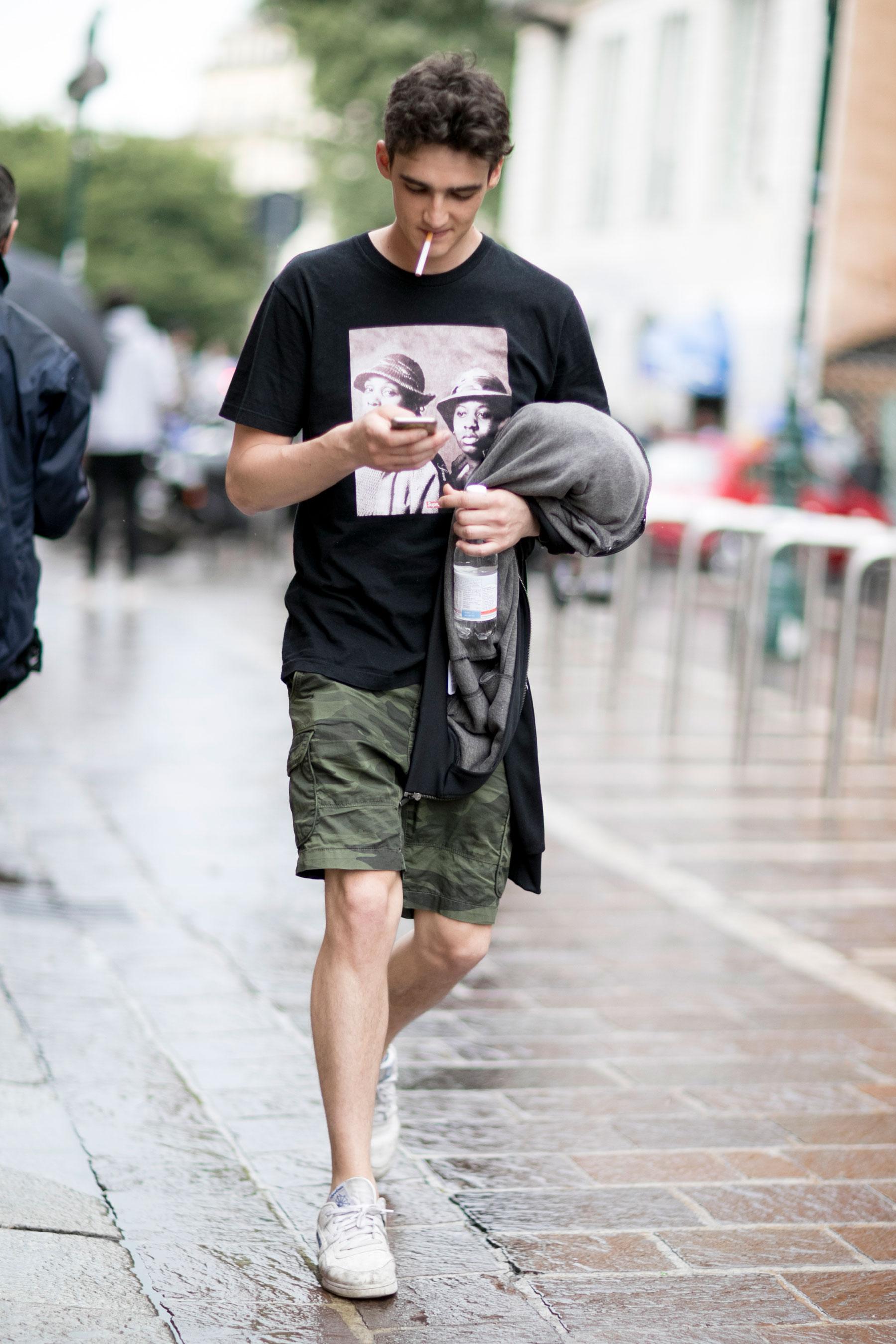 黒フォトTシャツ×迷彩ショートパンツ×Reebok Club C白