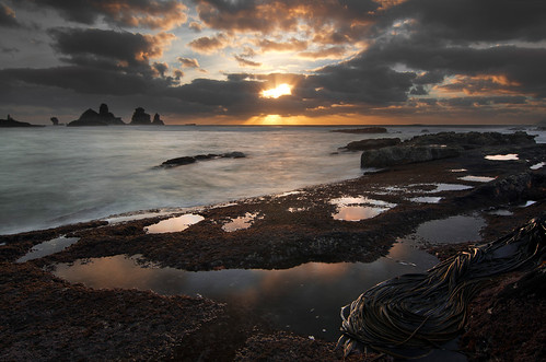 sunset sea newzealand seaweed beach rock clouds sunrise island islands surf starfish pools sunburst westcoast punakaiki refection rockpools greymouth motukiekie peteprue copyrightpeteprue