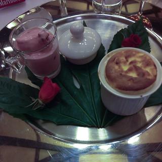 Soufflé de fruta de la pasión y crema italiana de fresas y pétalos de rosa