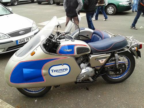 Triumph 750 Bonneville avec side Poinard (marché de la moto, Mâcon) by Cédric JANODET