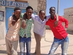 Rapazes simpáticos nas ruas de Hargeisa Somalilândia