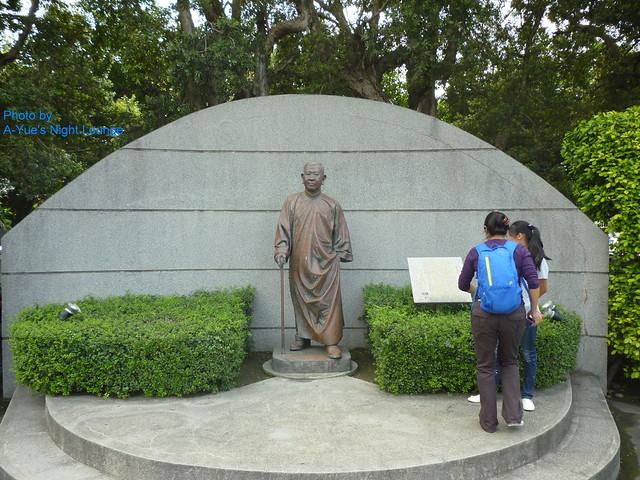 創辦人陳其志先生室外銅像