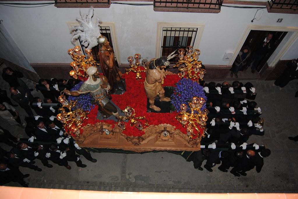 Vista cenital de El Amarrao a la Columna en la Calle Alta, donde apenas queda sitio lateral para los espectadores. FOTO: ÁNGEL MEDINA LAÍN