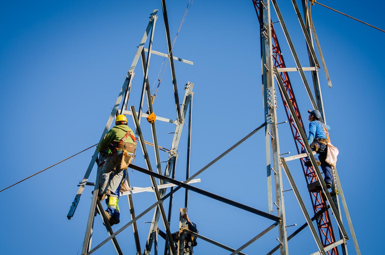 """Contratistas trabajan elevando una torre de transmisión de energía eléctrica como parte del proyecto """"LINEA LT 220 kV Itakyry - Curuguaty"""" de la ANDE"""" que atraviesa una parte de la Reserva Morombí. (Elton Núñez)"""