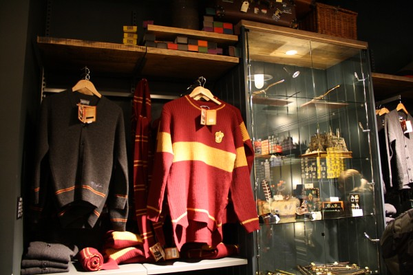 Harry-Potter-Platform-9-shop-Kings-Cross-Station-London-13-600x400