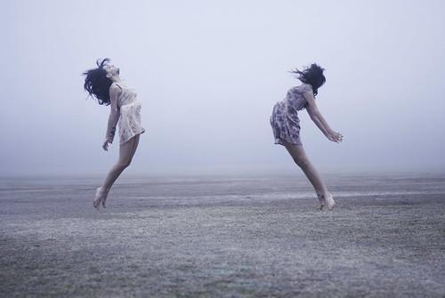 [フリー画像素材] 人物, 女性, 跳ぶ・ジャンプ, 人物 - 二人 ID:201301181400