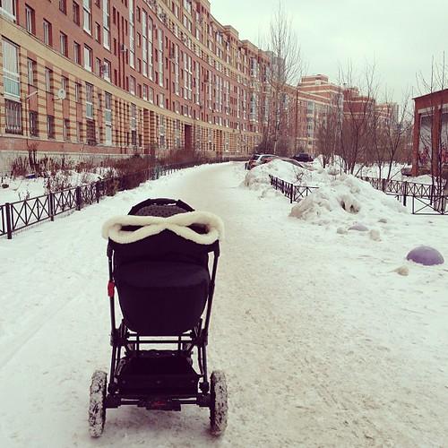 Поболела и хватит: сегодня уже на прогулку с Настей и коляской-инопланетянином.