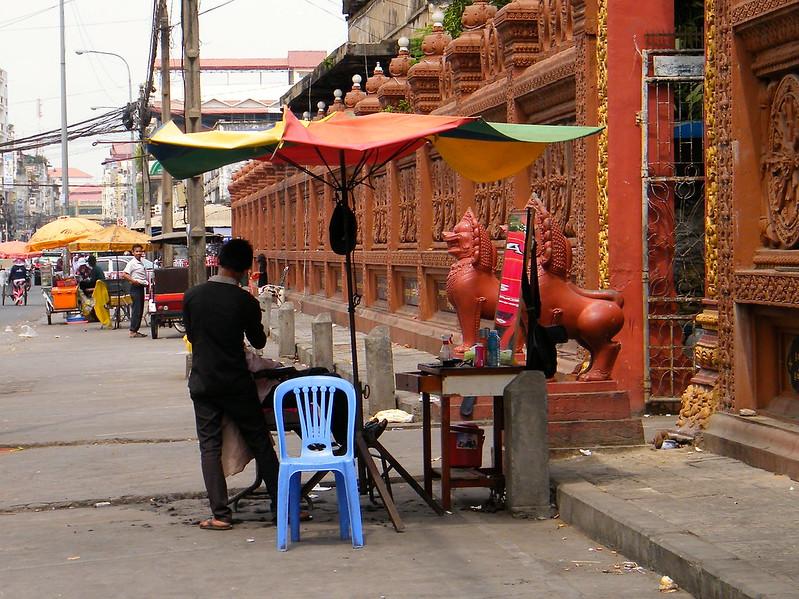 Street barber Phnom Penh