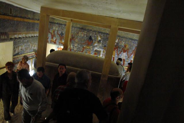 """Interior y Sarcófago de la Tumba de Ramsés I. (KV16) La muerte de Ramsés I antes de finalizar la tumba provocó que el programa decorativo se viera sensiblemente reducido, pintándose tan sólo la estancia más importante de KV16, la cámara sepulcral. El resto de la tumba permaneció desnudo, como la antigua costumbre de inicios de la dinastía XVIII, aunque en esta ocasión fuera debido a la falta de tiempo. Aun así, las pinturas de KV16 tienen un inmenso parecido –incluso es posible que fuera obra de los mismos autores– tanto en las formas como en lo motivos con las de KV57, la tumba del antecesor de Ramsés I en el trono, Horemheb. Incluso de vuelve a recurrir al fondo azul grisáceo tan propio del sepulcro del anterior faraón. Valle de los Reyes, enlace con la """"otra vida"""" - 8493413276 f785e9d399 z - Valle de los Reyes, enlace con la """"otra vida"""""""