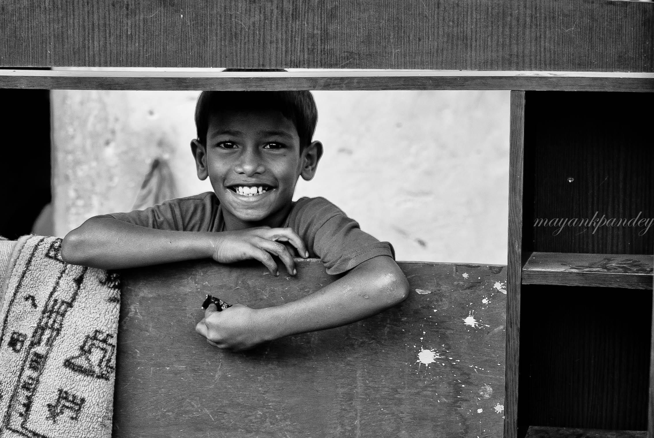 Smile - Mayank Pandey amateur photographer from Mumbai India online photo exhibition street [hotography black and white Маянк Пандей фотограф любитель из Мумбай Индия онлайн фотовыставка стрит фотография черно белый