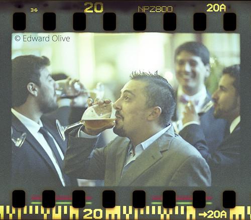 Men drinking in wedding - Fotografia analogica artistica bodas Madrid España Sevilla Andalucia Cadiz Huelva Almeria Granada