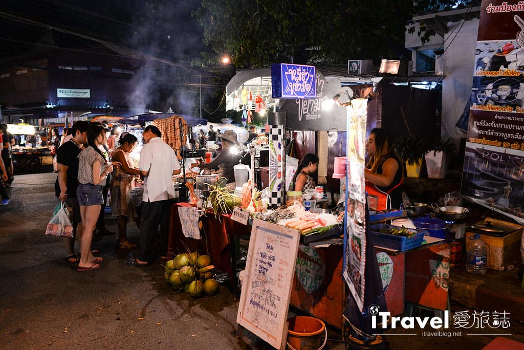 《清迈夜市集景》清迈周日夜市 Sunday Walking Market,步行者逛街购物的天堂。