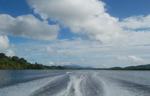 Blick zurück über das Fahrwasser vom Boot in die Lagune