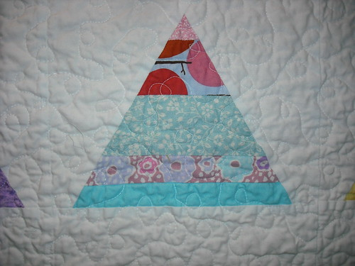 girly string triangle quilt - close up of quilting