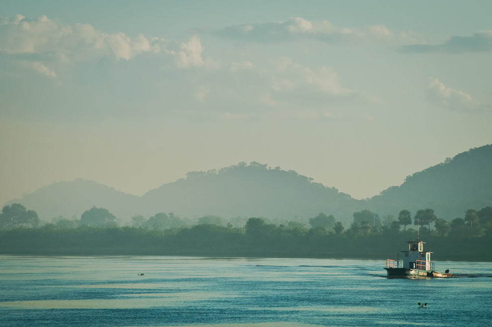 Un barco sigue su curso con la corriente del Río Paraguay en la mañana del 6 de Marzo, atrás se puede visualizar 3 cerros. (Elton Núñez)