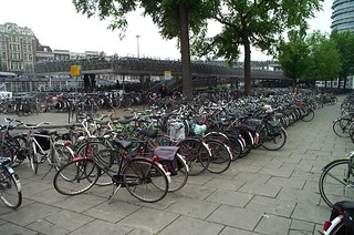 bikes in Amsterdam (by: cmurtaugh, creative commons)