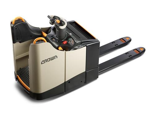 Электротележка с фиксированной платформой оператора для Crown WT 3040 получила награду Design 4 Safety