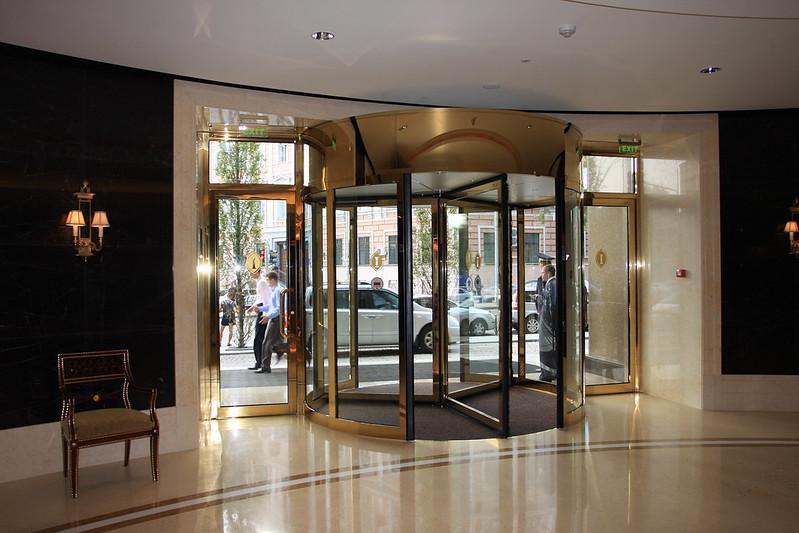 двери карусельные