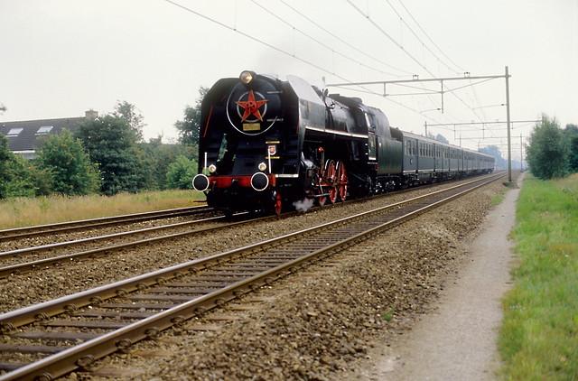 Haren, 28-07-1989. CSD 475 179 met pensioenexpres 47 naar Groningen komt door op spoor 2.