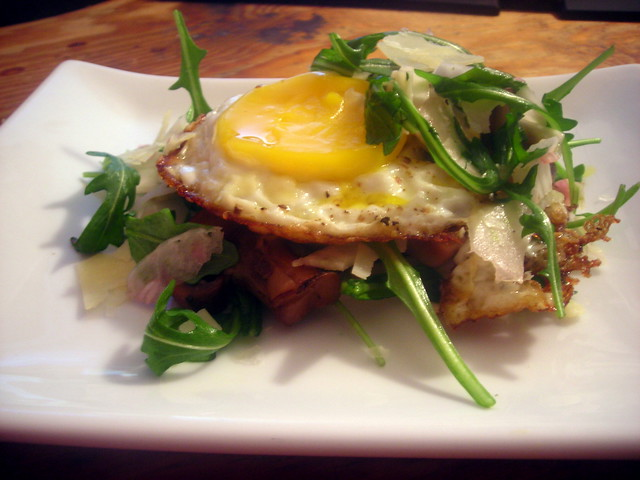 Fennel and arugula salad, with cremini mushrooms and fried farm egg