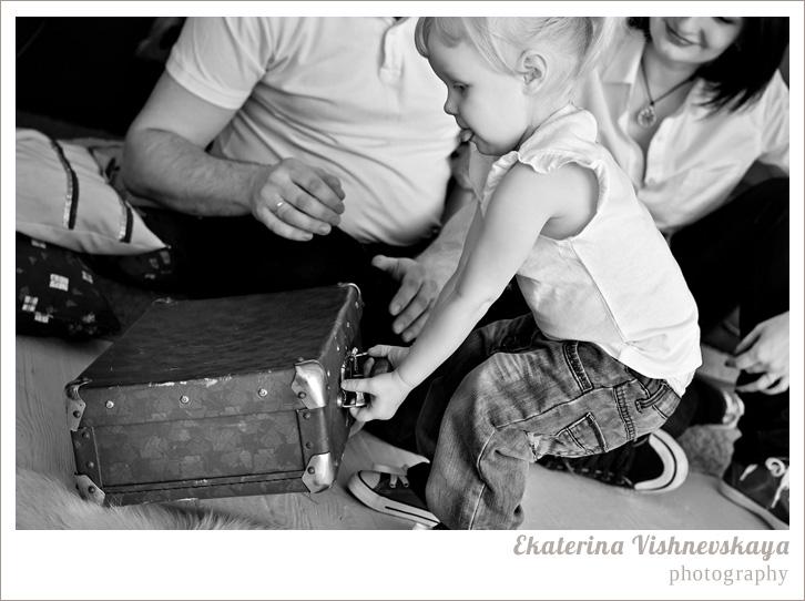 фотограф Екатерина Вишневская, хороший детский фотограф, семейный фотограф, домашняя съемка, студийная фотосессия, детская съемка, малыш, ребенок, папа, мама, отцовство, материнство, съемка детей, фотография ребёнка, девочка, счастье, семья, чемодан, чёрно-белое фото, фотограф москва