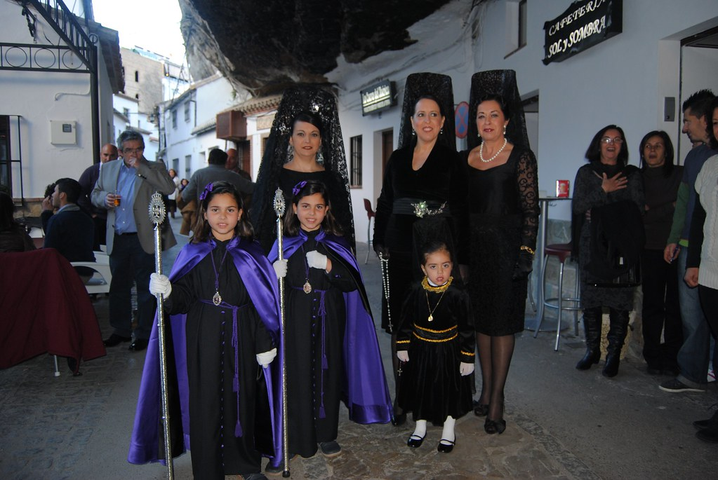 Las familias se vuelcan en la Semana Santa. La Soledad incorpora las mantillas, que se pasean en grupo camino de la ermita de San Benito. FOTO: ÁNGEL MEDINA LAÍN.