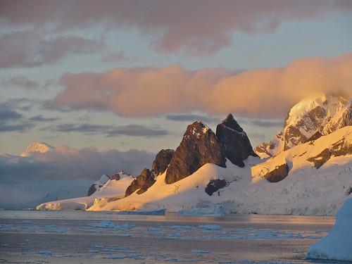 snow antarctica glaciers continent cuvervilleisland gentoopenguins mountainsofrongeisland dancoland sunsetglaciers