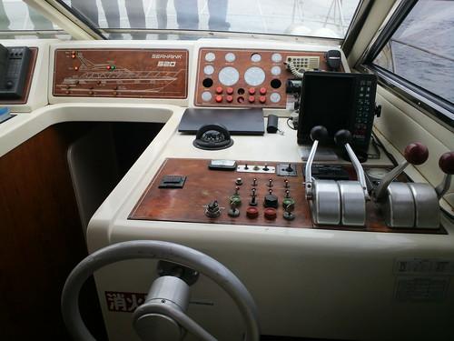 お花見クルーズ 船内の操縦席