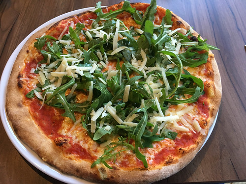 Pizza mit Rucola | by wuestenigel