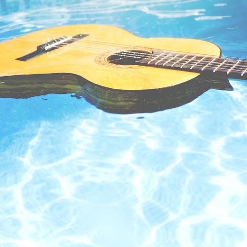 [フリー画像素材] 物・モノ, 楽器, ギター, プール ID:201302111200
