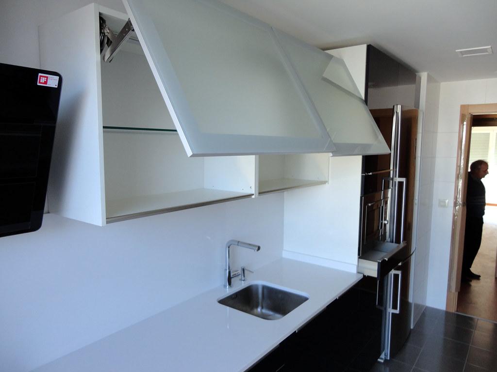 Muebles de cocina en cristal de dise o - Amortiguador puerta cocina ...