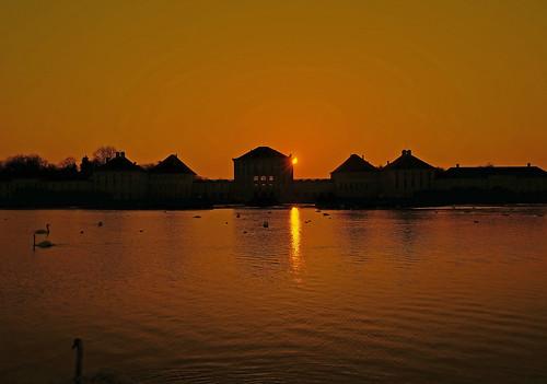sunset orange rot silhouette munich münchen sonnenuntergang spiegelung nymphenburgpalace strahlen schlossnymhenburg wernerboehm