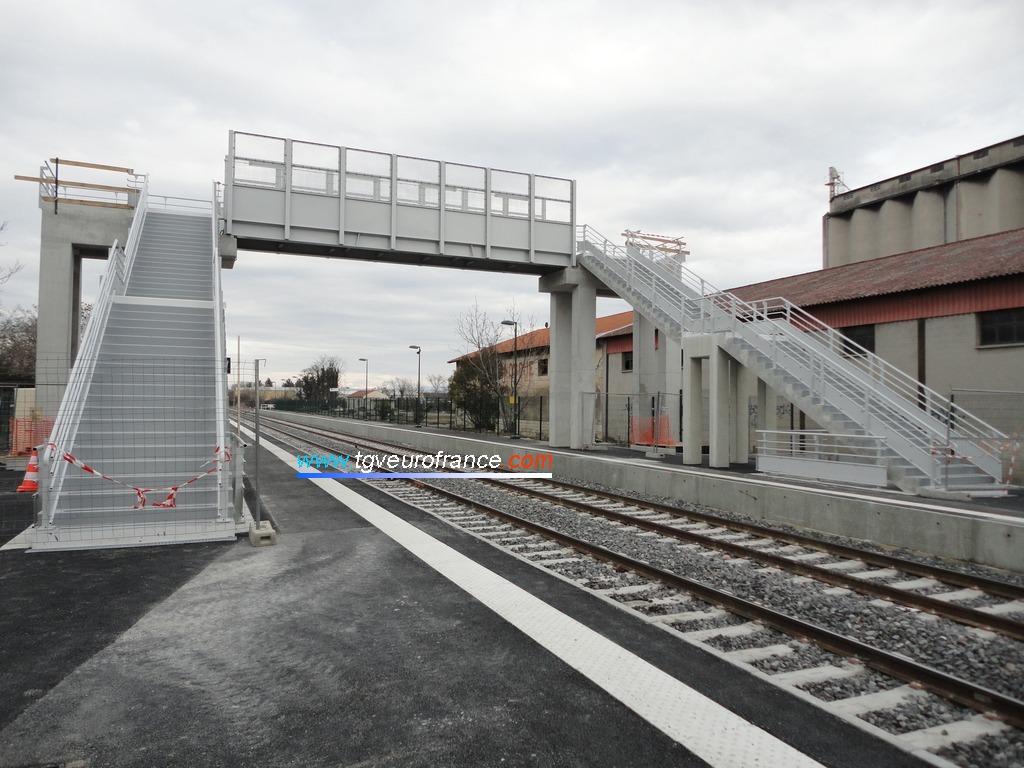 Vue d'ensemble de la passerelle en cours de construction dans la gare SNCF de Manosque Gréoux-les-Bains