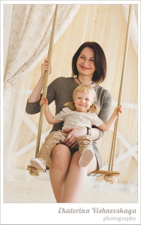 фотограф Екатерина Вишневская, хороший детский фотограф, семейный фотограф, домашняя съемка, студийная фотосессия, детская съемка, малыш, ребенок, съемка детей, фотография ребёнка, девочка, мама, материнство, красота, милый ребёнок, улыбка, счастье, качели, фотограф москва