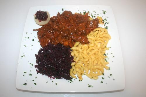 51 - Wildschweingulasch mit Rotkraut und Spätzle / Wild board goulash with red cabbage & spaetzle - Serviert