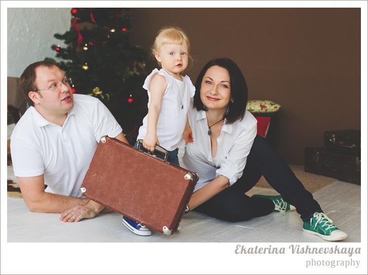 фотограф Екатерина Вишневская, хороший детский фотограф, семейный фотограф, домашняя съемка, студийная фотосессия, детская съемка, малыш, ребенок, папа, мама, отцовство, материнство, съемка детей, фотография ребёнка, девочка, счастье, семья, чемодан, ёлка, рождество, фотограф москва