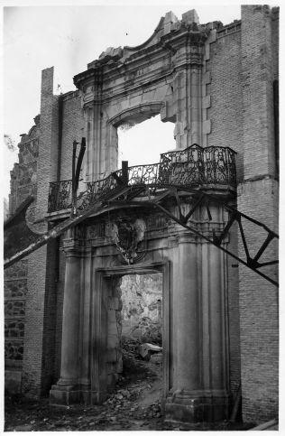 Portada del Hospital de Santiago que fue reaprovechada en edificios militares en 1887 pero destruida en la guerra en 1936. © Fondo Rodríguez. Archivo Histórico Provincial. JCCM. Signatura CMD2-167