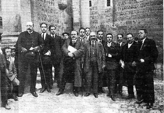 Foto de grupo con motivo del descubrimiento de una placa en honor de Gustavo Adolfo Bécquer en la Plaza de Santo Domingo el Real en Toledo en 1915