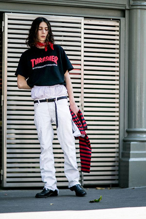 THRASHER黒Tシャツ×白パンツ×黒ブーツ