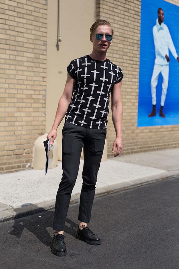 黒柄Tシャツ×黒スラックス×黒ダービーシューズ