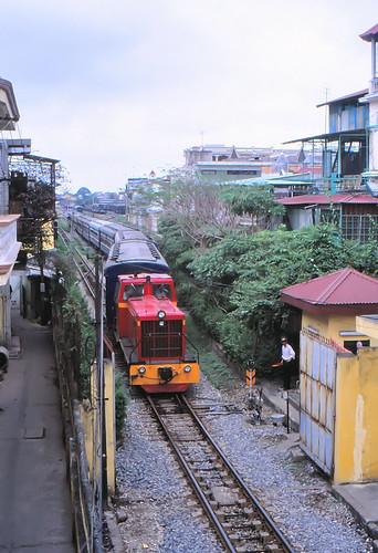 vietnam haiphong ðsvn metergauge dlocotrain classð4h depart railwork signalman infra signalmanlodge stationyardgate 2003