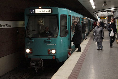VGF 711 picks up passengers at Dom/Römer station