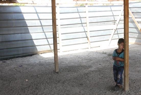 Na imagem, um menino no pátio da escola de Khan al Ahmar. A escola está sob iminente ameaça de demolição. Se isso acontecer, as crianças da comunidade não terão onde estudar. Crédito da foto: UNRWA/Ala'a Ghosheh.