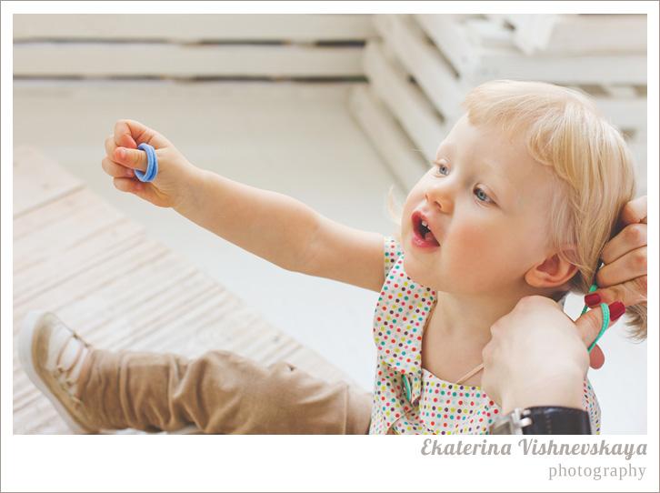 фотограф Екатерина Вишневская, хороший детский фотограф, семейный фотограф, домашняя съемка, студийная фотосессия, детская съемка, малыш, ребенок, съемка детей, фотография ребёнка, девочка, мама, прическа, хвостики, блондинка, съёмочный процесс, фотограф москва