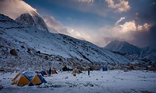 nepal sunrise day cloudy tent np 00 pumori khumbuvalley sagarmathanationalpark himalayamountains gorekshep lobujya pwwinter