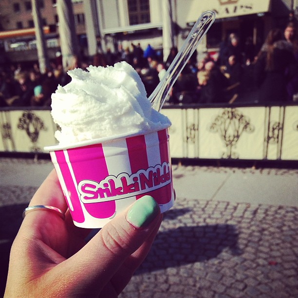 Kokosglass från #stikkinikki och så har Snaps öppnat sin uteservering. Hurra för vår!