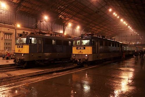 Pair of MÁV Class V42 electric locomotives at Budapest-Nyugati pályaudvar
