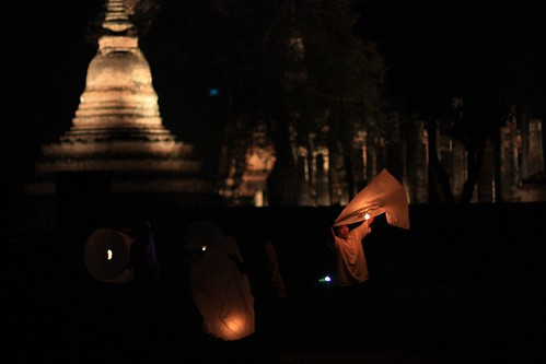 lighting of the lanterns outside of Wat Mahathat